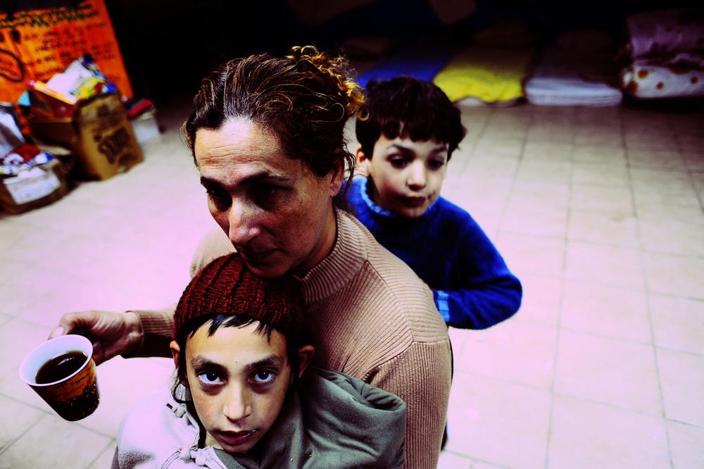 SDEROT ISRAEL JANVIER 2009                                     CETTE FAMILLE DE 4 ENFANTS N A PAS D ABRI DANS SA MAISON DEPUIS LE DEBUT DE L OPERATION, ILS SE SONT INSTALLES  DANS UN ABRI COLLECTIF AU MILIEU DE LEUR QUARTIER.