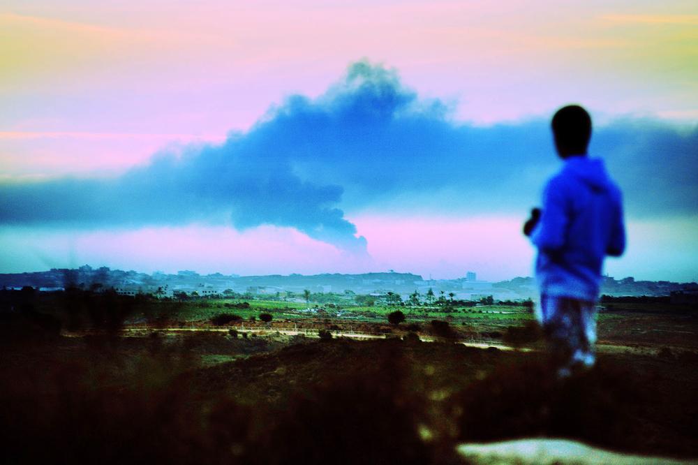 SDEROT ISRAEL JANVIER 2009 A LA SORTIE DE LA VILLE, UNE BUTTE SURPLOMBE LES VILLE DE LA BANDE DE GAZA. CHAQUE JOUR DES HABITANTS S INSTALLENT POUR REGARDER L INTERVENTION DE L'ARMEE ISRAELIENNE. A LA TELEVISION, SEULES LES IMAGES CONTROLEES PAR L ARMME ET LES IMAGES DES CHAINES ARABES SONT DIFFUSEES.