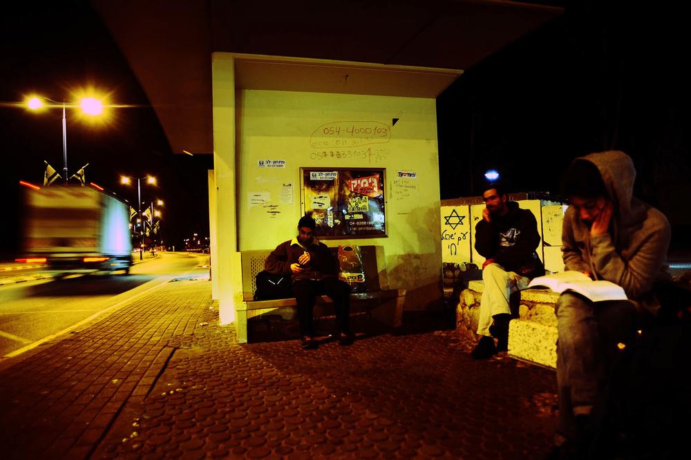 SDEROT ISRAEL JANVIER 2009        A COTE DE CHAQUE ARRET DE BUS DE LA VILLE, EST CONSTRUIT UN  ABRI ANTI MISSILE.  CE SOIR, 18 JANVIER 2009, LE GOUVERNEMENT A DECRETE UN CESSEZ LE FEU UNILATERAL.