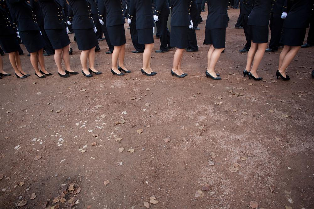 Les premières années défilent en Monome devant les parents. Cette procession s'effectue en flle indienne, une main sur l'épaule et ponctuée de chants. Aujourd'hui seul les gadzarts et les Faluchards le pratiquent encore.Baptême des conscrits, Centre d'enseignement de Cluny, 2011.