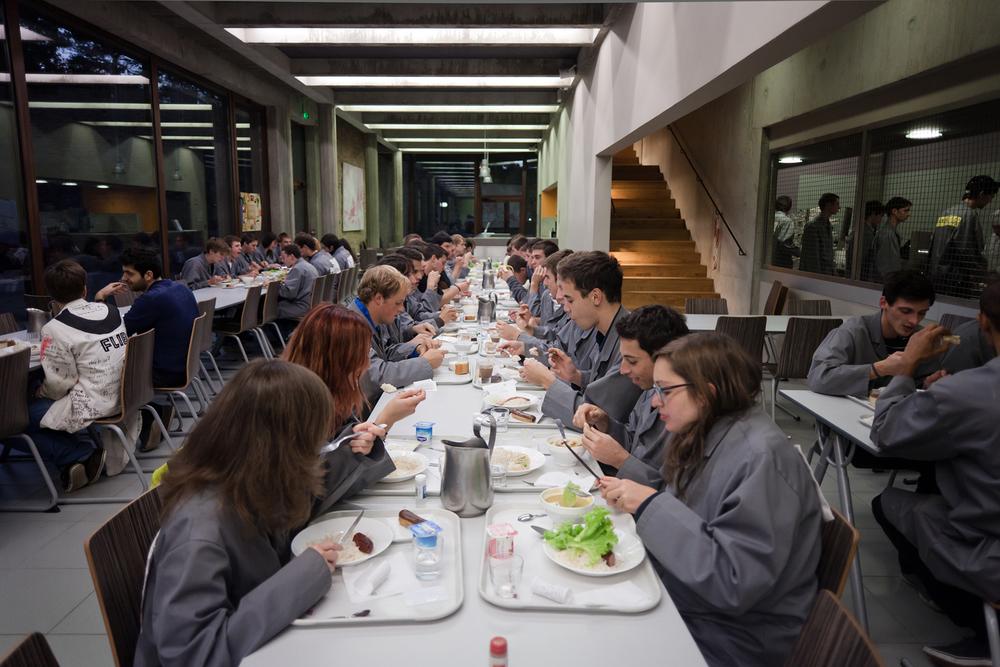 Les gadzarts mangent le midi et le soir au réfectoire. Le matin ils n'ont pas le temps de prendre le petit déjeuner dans le refectoire donc mangent dans leurs kitchenettes. Octobre 2012.