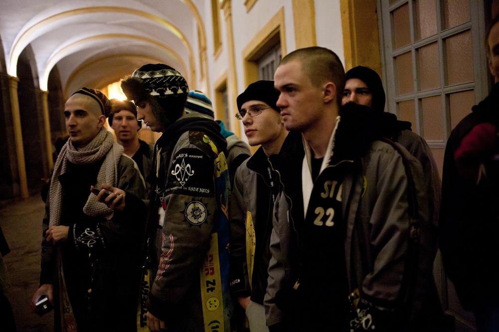 Les anciens regardent leurs conscrits défiler en monome. Centre d'enseignement de Cluny, 2011.