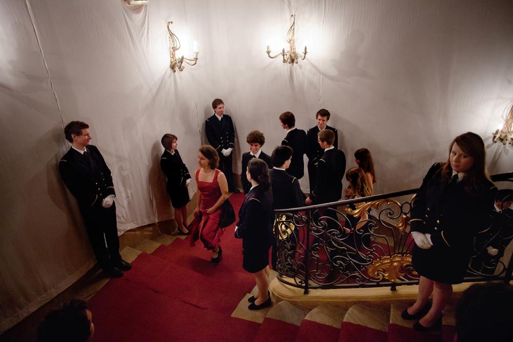 Les premières années gadzarts organisent le gala. A ce titre ils doivent accueillir leurs invités en leur faisant une haie d'honneur. Grand gala des Arts et Metiers au centre de Cluny. Juin 2012.