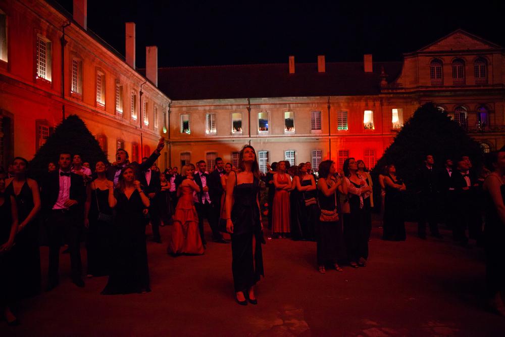 L'assistance profite du feu d'artifice lors du grand gala de de Cluny. Juin 2012.