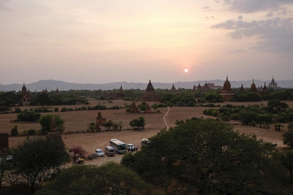 Coucher de soleil sur le site de Bagan. Cette vallée est l'un des endroits les plus visités de Birmanie. Elle est aussi le coeur du Boudhisme et renferme un héritage sans équivalent dans le pays. Bagan, Mai 2015.