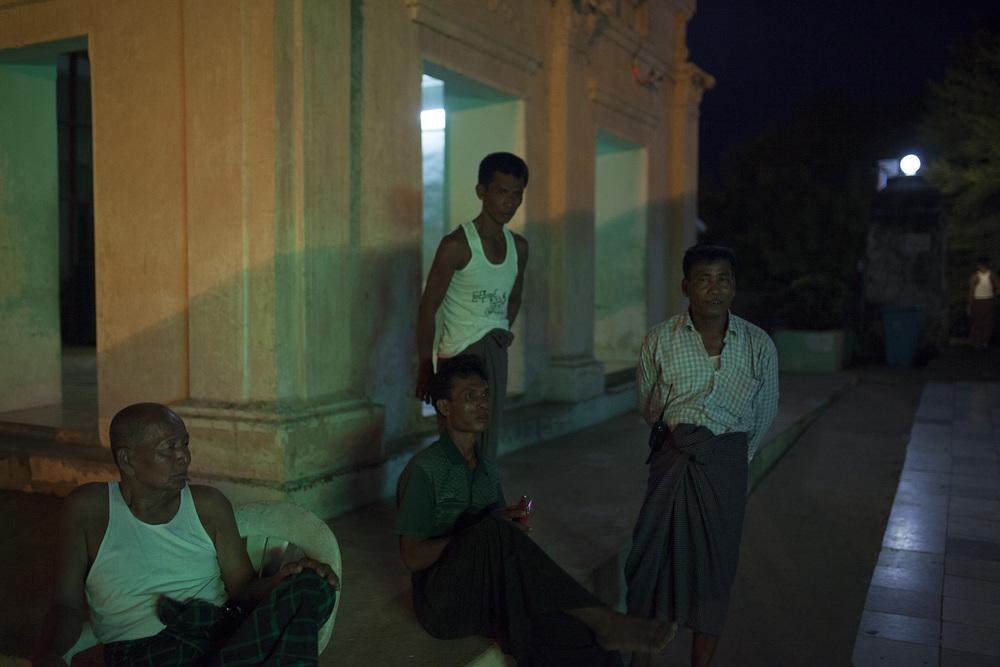 Des volontaires assurant la sécurité de la pagode Lawkananda à New bagan.  Birmanie, Mai 2015.