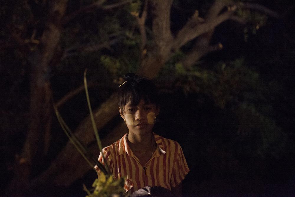 Zin Mar Win, 17 ans, souhaiterai devenir guide touristique comme la plupart des jeunes de la région. Elle s'est déja rendu avec son père chez l'astrologue pour en apprendre un peu plus sur ses études.  Birmanie, Mai 2015.