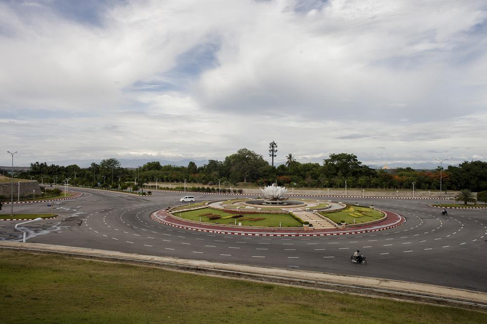 Les routes et ronds points sont les infrastructures les mieux entretenues de la ville. Les ronds points sont d'ailleurs tous identiques. Naypyidaw, Birmanie. Mai 2015.