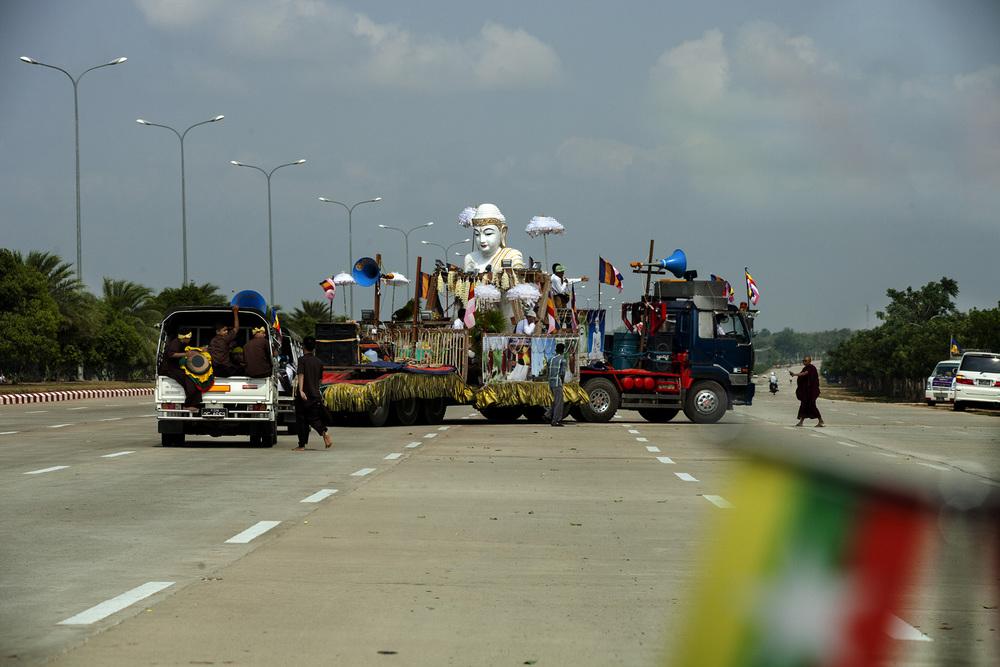 Fête bouddhiste pour l'arrivée d'une nouvelle statue de Bouddha dans un monastère de la capitale. Naypyidaw, Birmanie. Mai 2015.