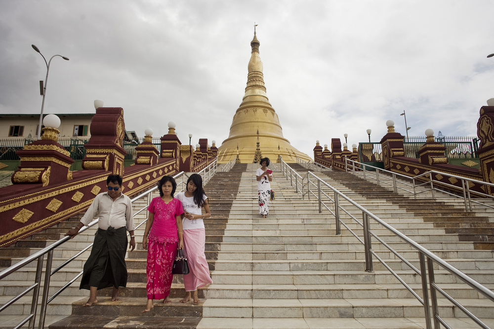 Une famille après leur visite à la pagode Uppatasanti. Naypyidaw, Birmanie. Mai 2015.