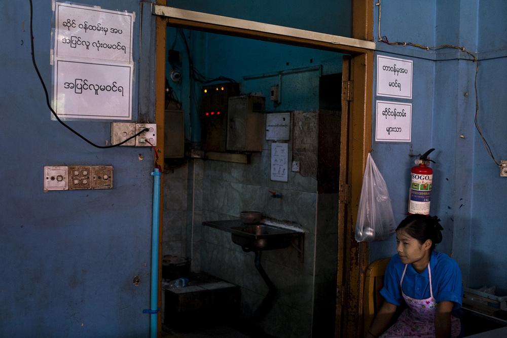Une employée du Maw Khan Nong, un restaurant prisé des travailleurs gouvernementaux.  Naypyidaw, Birmanie. Mai 2015.