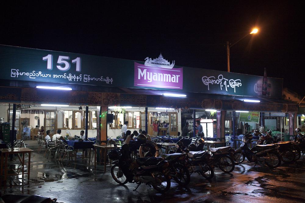 """L'une des seules distractions pour les travailleurs est d'aller passer la soirée dans l'un des rares restaurants ou """"Beer Stations"""" de la ville. Naypyidaw, Birmanie. Mai 2015."""