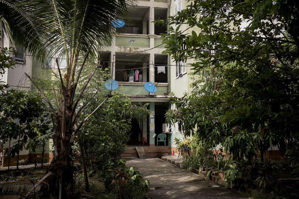 Entrée d'un des immeubles attribué aux travailleurs gouvernementaux. Naypyidaw, Birmanie. Mai 2015.