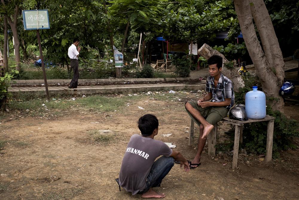 Des travailleurs devant un tea-shop. Naypyidaw, Birmanie. Mai 2015.