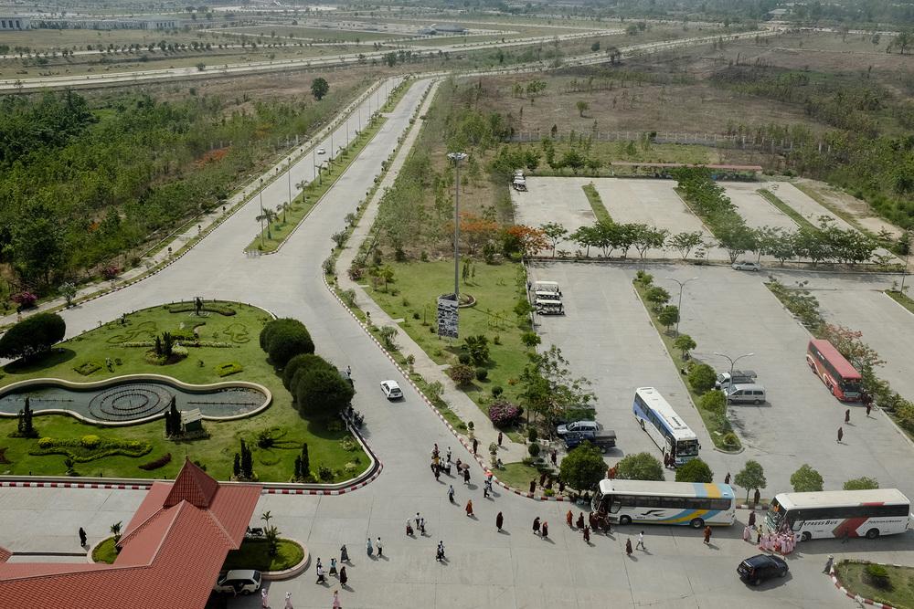 Le landmark park fait 400 hectares et est dessiné comme une Birmanie miniature. Les touristes peuvent y faire une visite des grandes villes et monuments du pays. En réalité le parc n'est pas entretenu et la plupart des attractions sont laissées à l'abandon. Naypyidaw, Birmanie. Mai 2015.