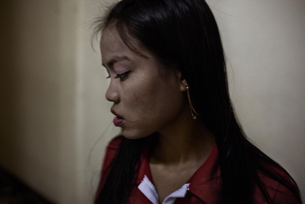 Sandar, 19 ans vient de faire une passe. Elle rentre dans la maison qu'elle partage avec huit autres filles. Leur maquerelle les loge à cet endroit et emploie des taximan pour les amener dans les hôtels de la ville.Mae Sot, Thaïlande, octobre 2014