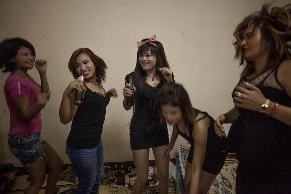 Moment de danse devant un clip de pop Birmane qui passe sur la télé qu'elles viennent de récupérer. Le quotidien est plutôt monotone et les moments d'amusements sont assez rares dans la maison.Mae Sot, Thailande. Novembre 2014.