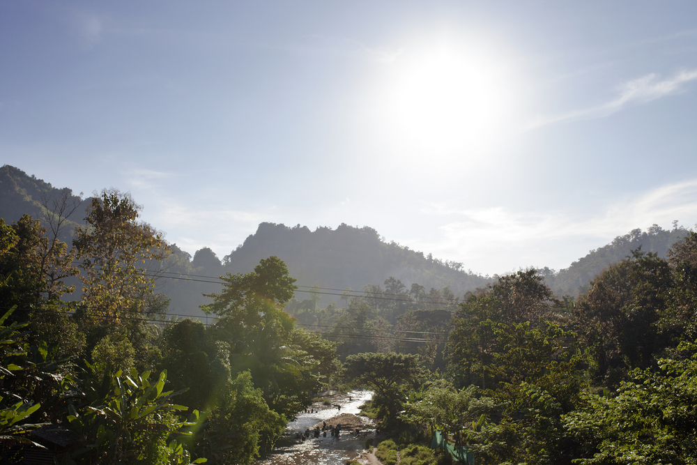 Vue sur la rivière qui longe le camp de réfugiés de Mae La. Installé en 1984, il est le plus grand de Thaïlande avec une population de 42 000 Birmans. Pour ceux-ci et en particulier les jeunes, le manque de travail et d'ouverture sur l'extérieur ne leur laisse aucun espoir. Mae La, Thaïlande, novembre 2014