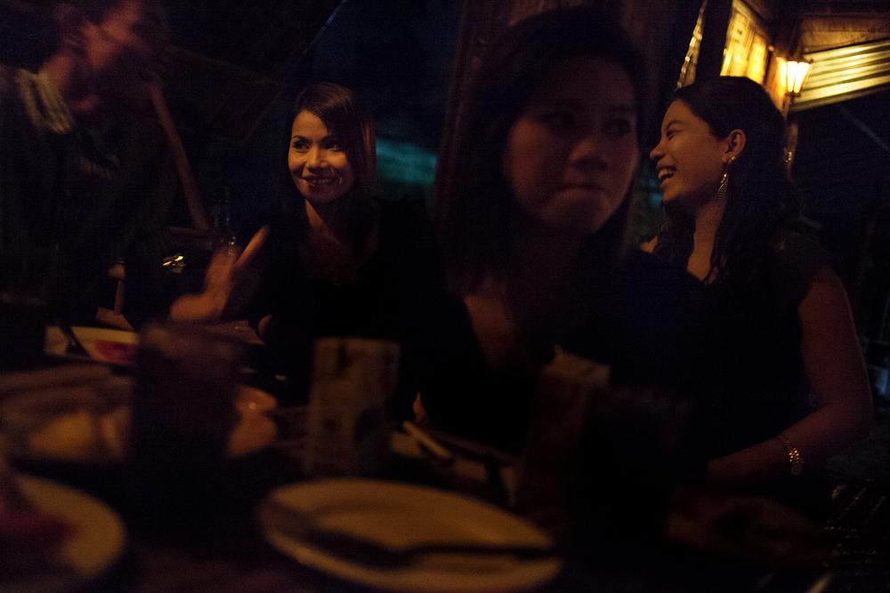Des hôtesses dans un karaoké bar en périphérie de la ville. Leur travail consiste à accompagner, servir les clients et les divertir en chantant. Les patrons de ce type de lieux demandent aux filles de porter des tenues très courtes pour plaire aux clients. En réalité, les karaokés sont des lieux clés de la prostitution. Mae Sot, Thaïlande, octobre 2013