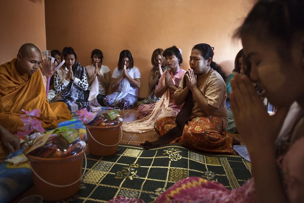 Pookie, hôtesse dans un club de strip tease, a invité ses amies et collègues à une Puja (cérémonie) chez elle pour célébrer la pleine lune de Thadingyut. Cette fête marque la fin du carême bouddhiste.Mae Sot, Thaïlande, octobre 2014