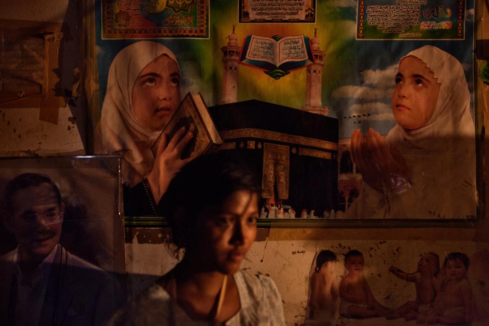Une jeune mère dans la maison de ses parents. Sans travail, elle doit partager leur foyer avec ses sept frères et soeurs et plusieurs neveux. Mae Sot, Thaïlande, novembre 2014
