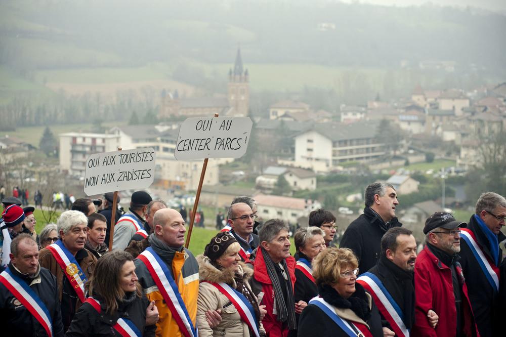 """Roybon, dimanche 7 décembre 2014.Une Marche organisée par l'association """"Vivre en chambaran"""", soutien local de l'installation de Center Parcs reunie près de 1500 personnes dont quelques centaines d'élus locaux et regionaux représentant un large panel de parti politique (du PS au FN en passant par l'UDI et l'UMP)."""