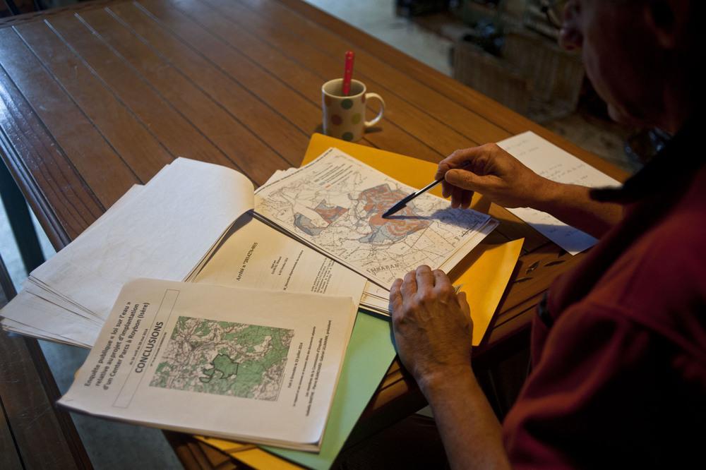 A Roybon (38),  Jean Marie BRIN, opposant historique au projet de Center Parcs dans la foret des Chambarans et membre de l'association PCSCP (Pour les Chambaran sans Center Parcs).Etude de dossier en vue des démarches effectués devant les tribunaux pour l'arret du projet.