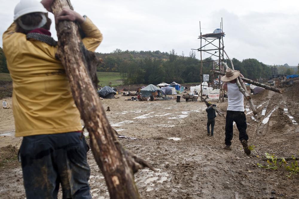 Zone à Défendre de Sivens, commune de Lisle sur Tarn (81). Mardi 4 novembre 2014.Quelques jours après le décès de Rémi Fraisse, un mémorial a été posé en l'honneur de Remi FRAISSE, décédé lors d'affrontement avec les forces de l'ordre dans la nuit du 25 octobre 2014 sur la partie basse du site. Ce nouveau campement s'est formé depuis l'arret momentané des travaux et le depart des forces de l'ordre. Les opposants continuent de construire des habitations avec des matériaux de récupération.