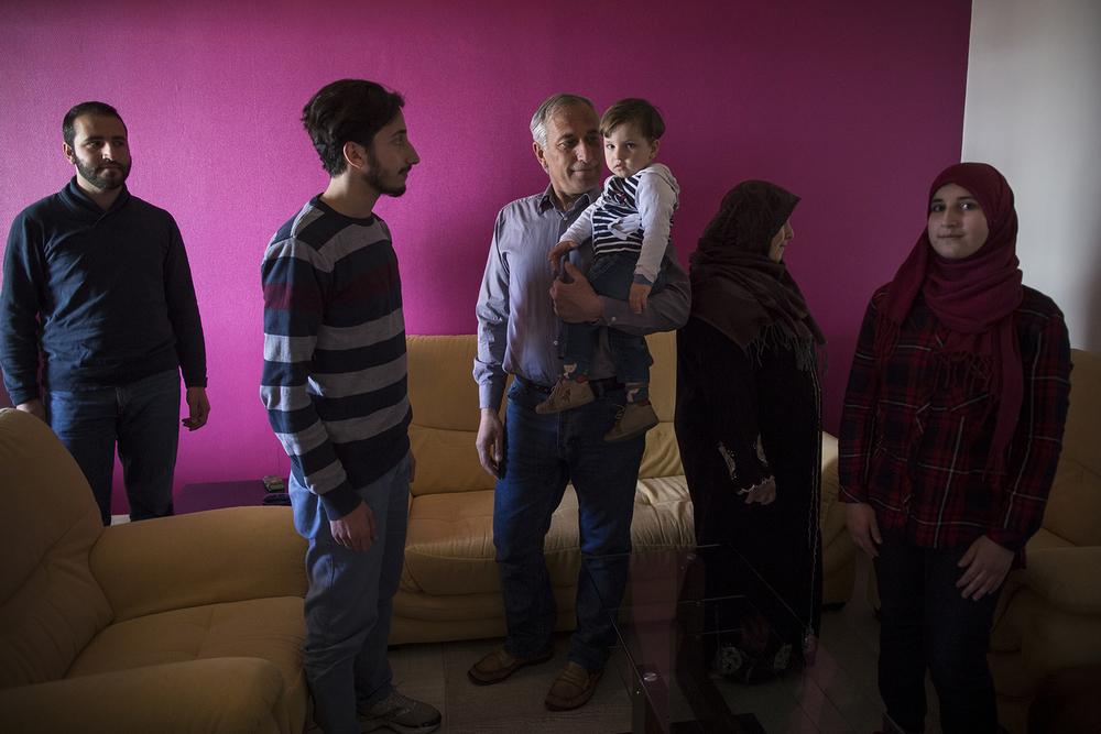 De gauche à droite : Mohamad 23 ans, Abdalrahman 20 ans, Ahmad 47 ans, Abdulhakim 1 an et demi, Khaoulah 43 ans, et Nour 17 ans. Saint Etienne, 27 avril 2016.