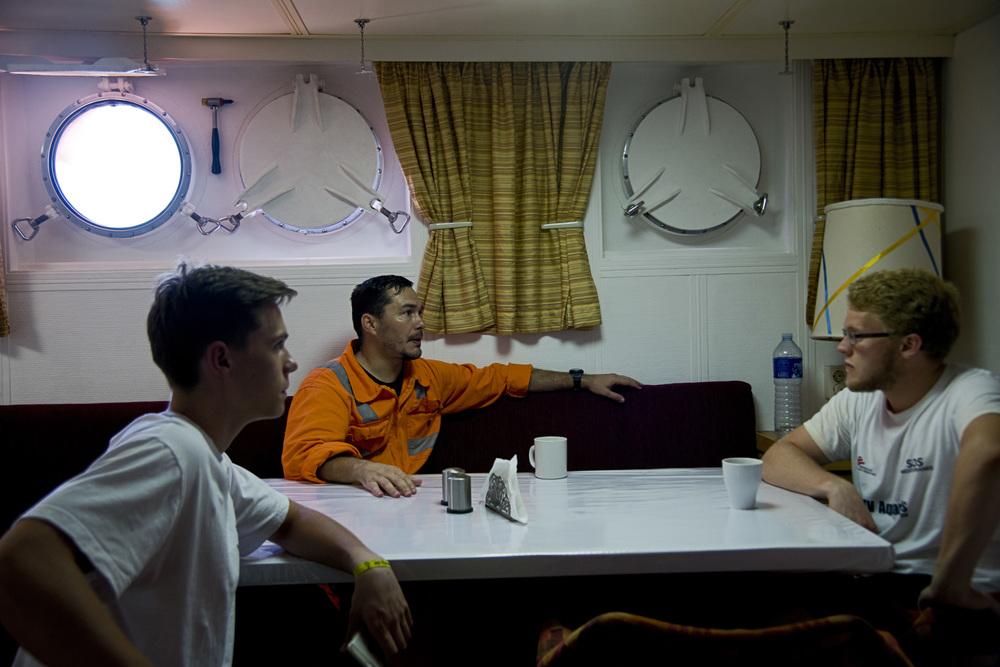 17- C'est dans le mess des officiers que se partagent des mots simples ou des silences. Même les marins les plus aguerris reconnaissent que ce qu'ils vivent sur l'Aquarius une expérience qui transforme profondément leur regard sur la vie,  sur les hommes, et sur la question migratoire. «Mon pays est depuis longtemps confronté au problème de l'immigration» explique le Grec Andreas Tsigkanas,  premier officier du navire, «mais je pensais que les gens partaient par choix. Aujourd'hui, je sais qu'ils partent parce qu'ils sont obligés».