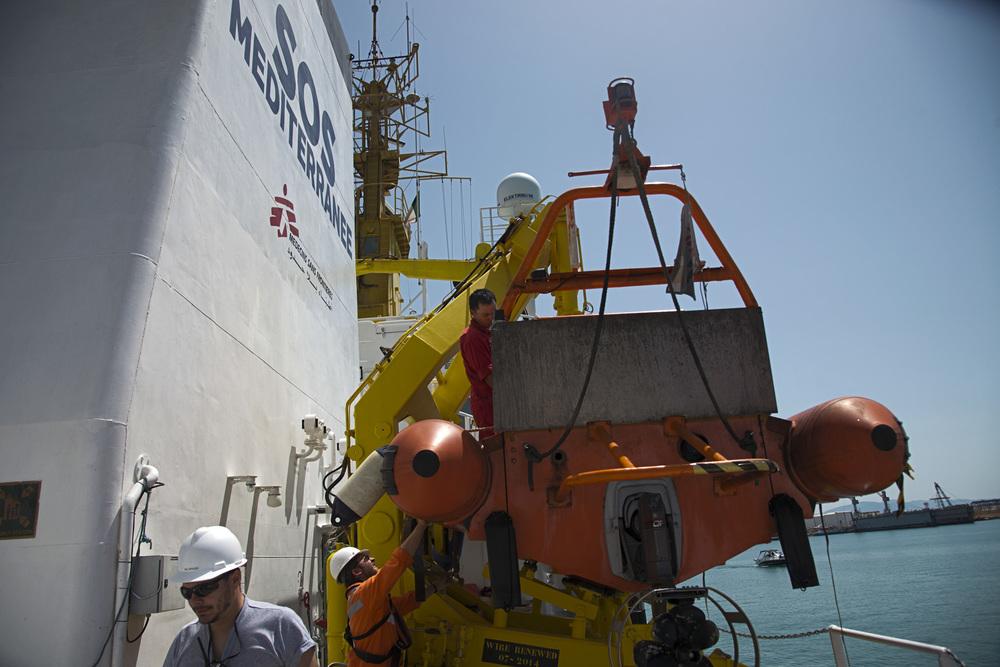19- La vie sur l'Aquarius ne s'arrête jamais. Chaque jour d'escale compte. Pendant que les flancs dule navire remplitssent ses cales de nourriture, de médicaments, de kits de survie et de carburant, les canots de sauvetage sont une nouvelle fois vérifiés, les manœuvres de mise à l'eau répétées, et détaillées aux nouvelles équipes qui viennent de prendre la relève.