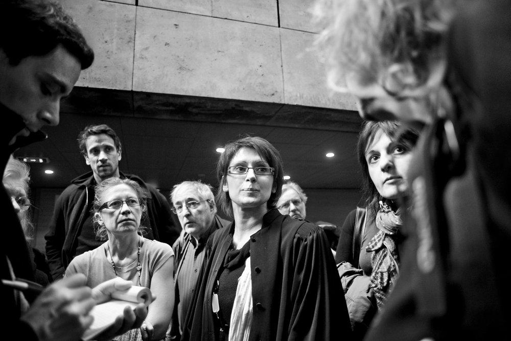 Lyon, le 4 avril 2010 (dimanche de Pâques) Audience au tribunal d'instance pour une demande de remise en liberté de Guilherme que le juge des libertés et de la détention accordera au vu des pièces du dossier. Mais la préfecture fera appel de la décision. Guilherme restera au centre de rétention jusqu'à l'audience en appel du mardi 6 avril.