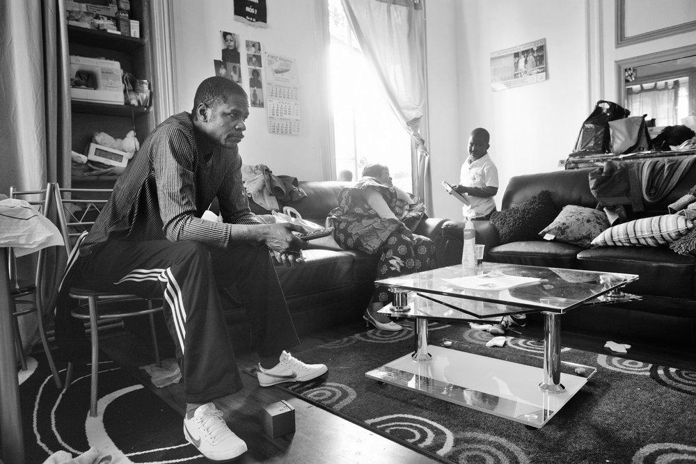 Lyon, le 10 avril 2010. Guilherme et Florence chez eux avant le parrainage républicain de leurs enfants par deux députés PS du Rhône. Guilherme est inquiet, il a décidé de partir se cacher à l'issue de la cérémonie.