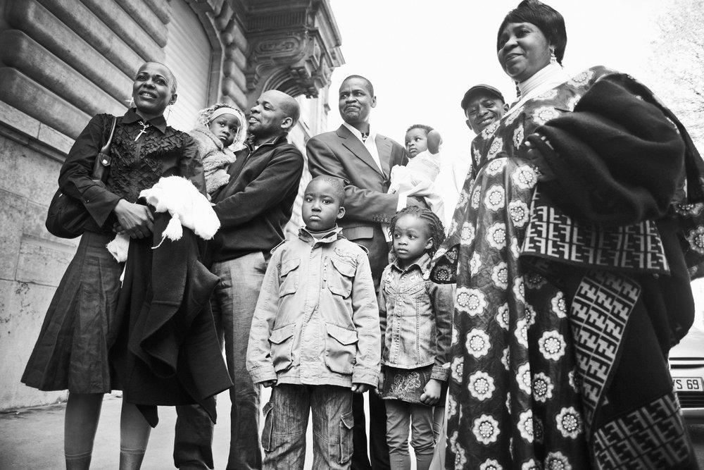 Lyon, le 10 avril 2010. Guilherme, entouré de sa famille et de ses amis, avant le parrainage républicain de ses enfants. L'idée du parrainage républicain remonte à 1793, lorsque deux citoyens en parrainaient un troisième, l'accueillant ainsi au sein de la République française.