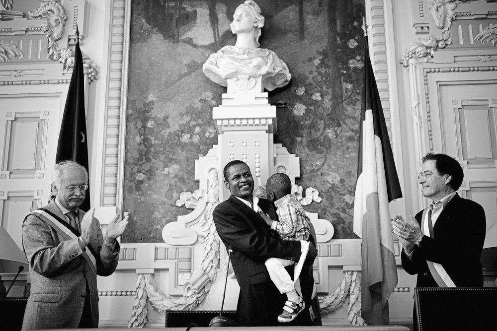 Lyon, le 10  avril 2010. Guilherme et son fils Gaël, entourés de Pierre-Alain Muet et Jean-Louis Touraine, députés PS du Rhône. Malgré les directives du gouvernement, certains élus se prêtent volontiers à la cérémonie, pour faire reculer les possibilités d'expulsion.