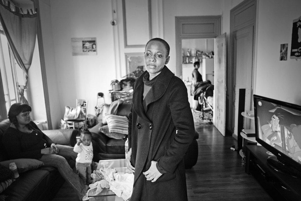 Lyon, le 12  avril 2010. Florence, seule chez elle. Guilherme a quitté Lyon pour se cacher. Suite à la surveillance policière dont fait l'objet le collectif de soutien, seules deux personnes connaissent son lieu de résidence.