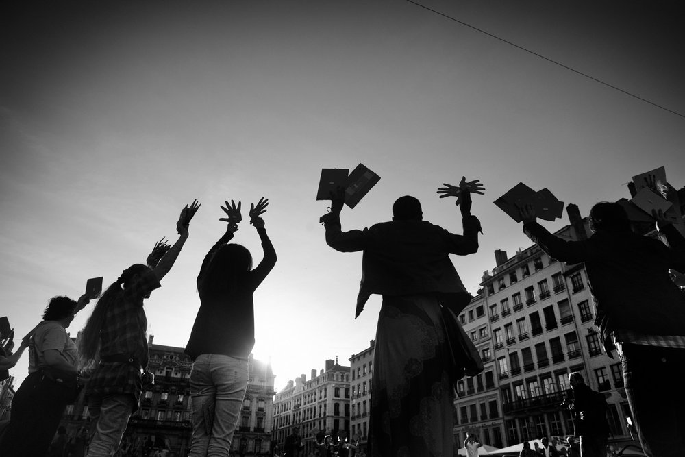 Lyon, mardi 27  avril 2010. Sur la place des Terreaux, les manifestants brandissent plusieurs centaines de mains en carton pour demander la régularisation de Guilherme. Un symbole en référence au site Gmain.fr qui relate au quotidien le combat de Guilherme.