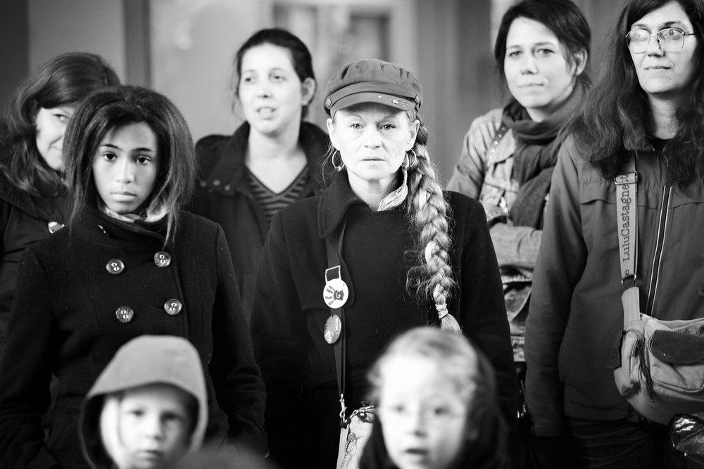 Lyon, le 11  mai 2010. Les membres du collectif de soutien se réunissent devant l'école pour entendre Florence et ses enfants lire une lettre adressée au préfet.