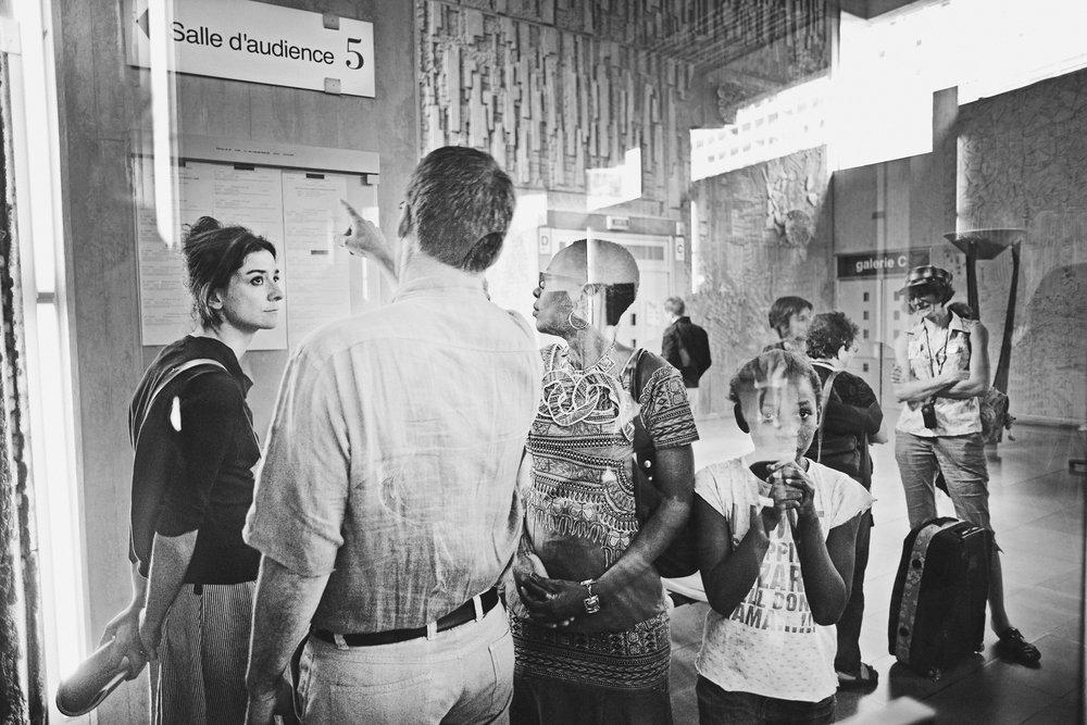 Lyon, le 9  juin 2010. Devant la salle d'audience du tribunal administratif de Lyon pour une demande de levée d'OQTF (obligation de quitter le territoire français) de Guilherme. La personne qui se voit notifier une obligation de quitter le territoire français dispose d'un mois pour demander l'annulation auprès du président du tribunal administratif. Elle ne peut être éloignée d'office par l'administration avant que le juge ait statué. En 2008, 97  515  personnes faisaient l'objet d'une OQTF.
