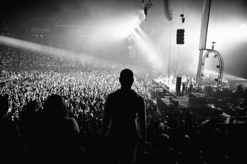 Paris, le 18  septembre 2010. Soirée «  Rock sans papiers  » à Paris-Bercy. Dans les gradins, Guilherme s'apprête à rejoindre les artistes sur scène pour témoigner de sa situation.