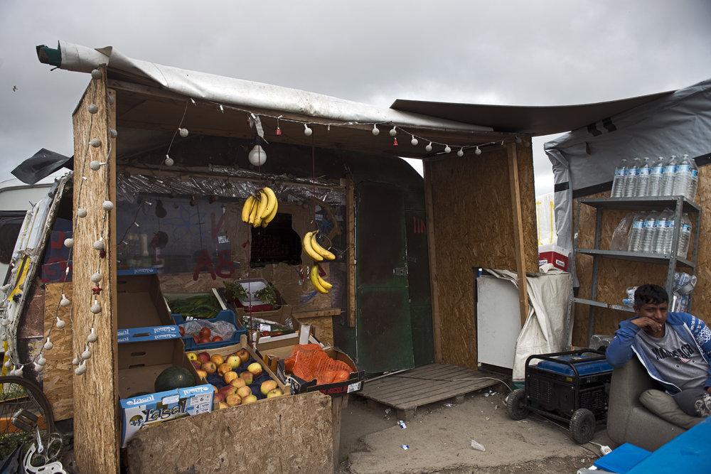 En moins d'un an, une soixantaine d'échoppes abritant des épiceries, des boutiques, des restaurants, des barbiers ou un réparateur de vélos ont poussé le long de l'axe principal de la « nouvelle jungle ». Ces lieux de vie, qui ont contribué à faire du camp de la Lande le plus grand bidonville de France, ont été fin juillet la cible d'une vaste opération policière. La préfecture du Pas-de-Calais estime en effet que « la multiplication des lieux de vente à la sauvette génère des troubles à l'ordre public et entretient une économie souterraine » et demande leur fermeture et destruction.