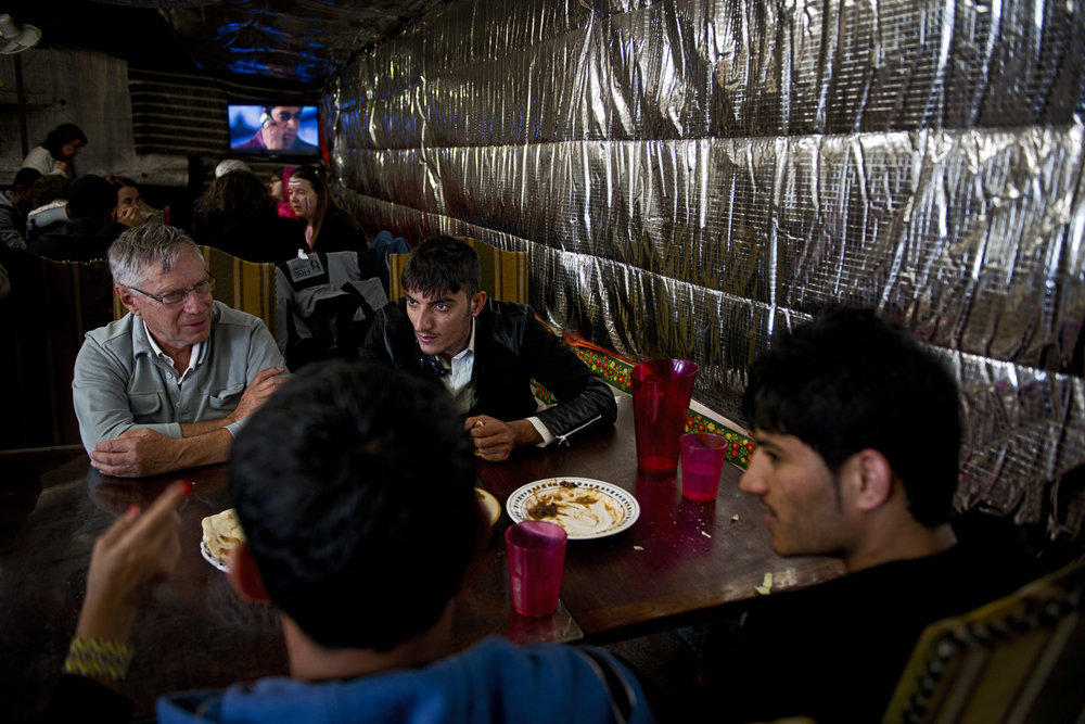 Pour les associations, ces échoppes, ces cuisines, ces restaurants sont au contraire indispensables. D'abord parce qu'ils apportent des services à cette population tenue à l'écart du centre-ville. Ensuite, parce que les migrants ont besoin de ces espaces et moments de socialisation. « Ils ne veulent pas seulement recevoir de l'aide, ils veulent aussi partager ce qu'ils peuvent donner », précise Christian Salomé, le responsable de l'association Auberge des Migrants. Juste avant leur fermeture, il invitait d'ailleurs ses équipes à simplement venir dans ces endroits pour « créer du lien et éviter de créer un ghetto ».