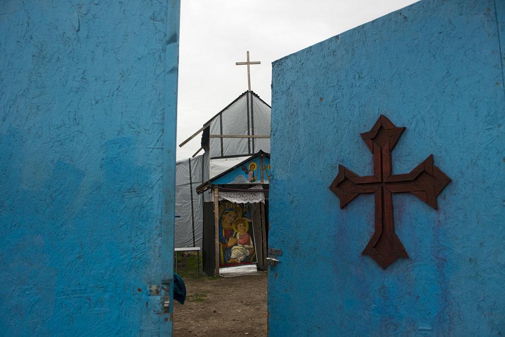 Seuls les lieux de vie communautaire, comme l'école, le centre juridique, la mosquée et l'église, ont été épargnés. Les lieux de prière sont très fréquentés par les migrants. « Ils ont besoin de croire en quelque chose pour supporter les épreuves du voyage et cette vie-là », remarque Christian Salomé, le responsable de l'Auberge des migrants.