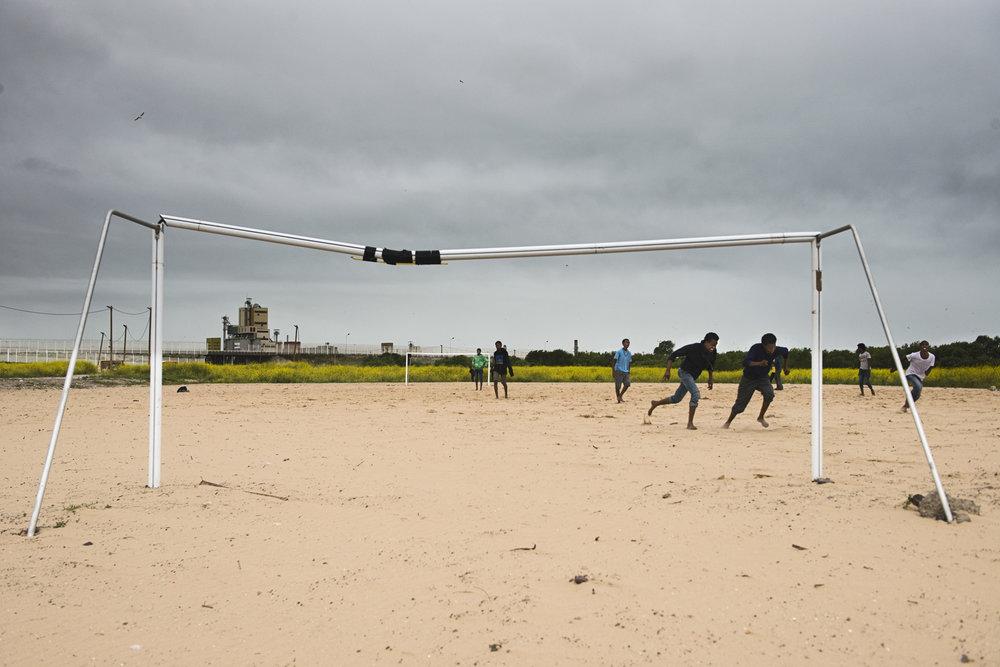 Le terrain de foot a également été laissé en état. Le match qui se joue en ce jour de finale de l'Euro oppose deux groupes de mineurs. D'après le dernier recensement effectué début août 2016 par les associations Help Refugees et l'Auberge des migrants, au moins 865 enfants vivent actuellement dans la jungle. 80 % sont seuls. Le plus jeune mineur isolé de Calais n'a que huit ans.