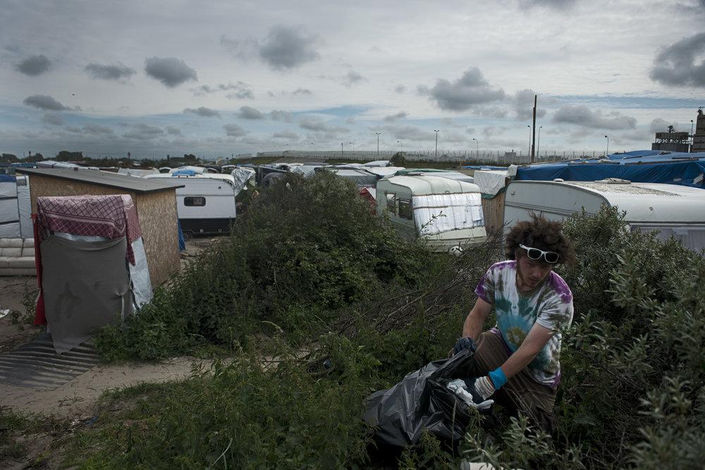 Le démantèlement de la zone sud n'a pas fait diminuer le nombre d'arrivants. Il y a actuellement entre 50 et 100 nouveaux arrivants chaque jour, alors que la surface du camp a été réduite de moitié par rapport à l'an passé. La promiscuité aggrave les tensions, les conditions de vie et d'hygiène qu'essaye d'améliorer Étienne, un des volontaires de l'association bretonne Utopia 56, en s'occupant du nettoyage du camp.