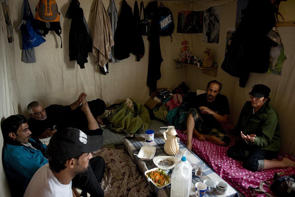 Il a bien fallu « institutionnaliser » le volontariat depuis que les Anglais, touchés par la photo du cadavre du petit Aylan Kurdi en septembre 2015 sur une plage turque, ont soudainement débarqué en masse à Calais. Mais les premiers gestes solidaires continuent de venir des Calaisiens eux-mêmes, à l'image de « Dom Dom et Nana », comme ils aiment se surnommer. Si le couple explique son engagement simplement « parce que c'est le cœur qui parle », de nombreux autres bénévoles calaisiens refusent aujourd'hui de témoigner ouvertement par peur « des réactions violentes des milieux fascistes, voire des menaces de mort » qu'eux-mêmes ou d'autres personnes aidant les migrants ont déjà reçues.