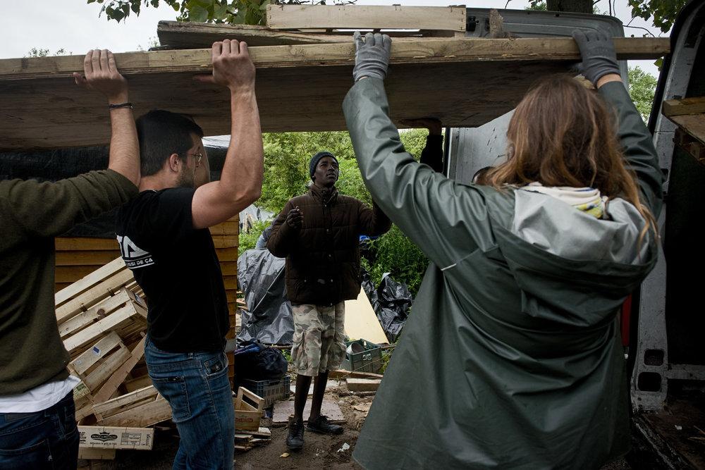 La pression de l'État ne s'exerce pas seulement à Grande-Synthe. Mi-juillet, le camp de Steenvoorde a été évacué au petit matin. Parallèlement, une procédure d'expulsion a été engagée contre les réfugiés du campement de Norrent-Fontes. Quant au bidonville de Calais, les organisations humanitaires n'ont plus le droit depuis le mois de mai d'apporter des matériaux de construction. Tous les véhicules sont fouillés. Seul le bois d'allumage et de chauffage est toléré et peut encore être distribué.