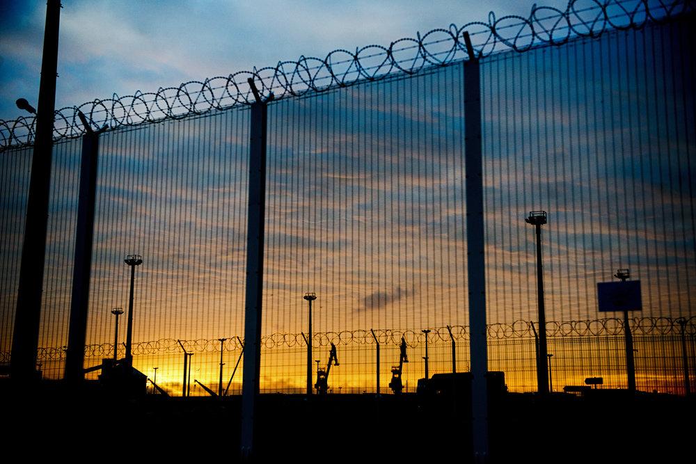 « Avant, Calais était la capitale de la dentelle, aujourd'hui c'est la capitale du barbelé », regrette un responsable d'association. Un nouveau mur est en train d'être érigé le long de l'autoroute. Il va mesurer 4 mètres de haut et coûter 2,7 millions d'euros. À chacun de nos passages, nous retrouvons le port un peu plus barricadé, des CRS de plus en plus nombreux et une police de plus en plus intrusive vis-à-vis de notre travail journalistique. Nous constatons également que le nombre de migrants morts à Calais augmente : quatre en quinze jours pour le seul mois de juillet. Dans cette réalité instable et précaire, seuls deux paramètres restent inchangés : l'humanité des volontaires qui redonnent un peu de dignité aux migrants et la détermination de ces derniers à vouloir rejoindre l'Angleterre.