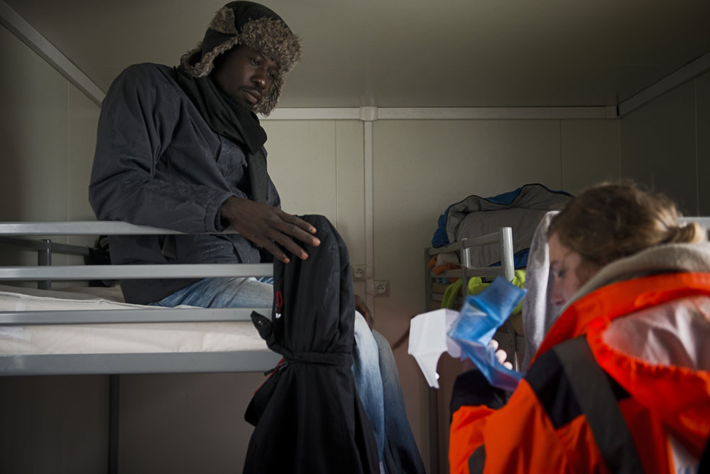 «Pour l'instant, on se donne pour mission de continuer sans baisser les bras» reconnaît Barbara Jurkiewicz, chargée de communication auprès de La Vie Active. L'association qui a été mandatée par l'Etat pour gérer le camp de container, le CAP, (Le Centre d'Accueil Provisoire) et le Centre d'accueil de jour Jules Ferry prépare les migrants au départ, en leur informant de leurs droits et en leur fournissant «une fiche relaisqui réunit des informations sur leurs parcours pour faciliter leur prise en charge dans les futurs CAO». Pour certains employés de l'association, ces derniers jours ont été difficiles. Ils savent que le CAP doit être vidé de ses occupants comme le reste de la jungle mais n'ont aucune idée de la façon dont cela sera fait et si la structure sera ou non détruite.