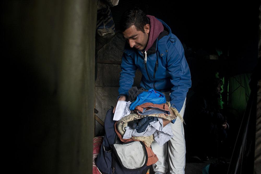 Safi, lui, a renoncé à l'Angleterre et veut bien monter dans les bus qui viendront les chercher.  A 26 ans, cet afghan qui en fait dix de plus, est épuisé.  Il a été relâché hier par la police qui l'avait arrêté quelques jours plus tôt à son arrivée en gare de Calais.  Il a été débouté de sa demande d'asile en Belgique où il avait de la famille. Alors, autant essayer la France, il ne sera pas si loin des siens. Safi est déjà prêt à partir. De toute manière, ce n'est pas très long pour lui de se préparer: toutes ses affaires tiennent dans ce sac à dos qui l'accompagne depuis son départ d'Afghanistan, il y a près d'un an.